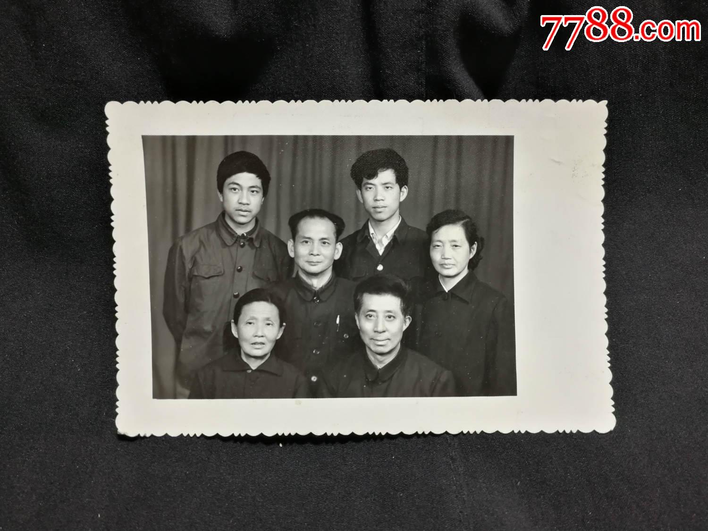 怀旧老照片:《朋友相聚合影留念》【六十年代尺寸13图片