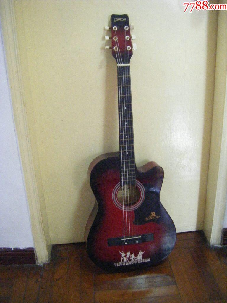放暑假了,在学校收到一把吉他,六弦琴音质好听好,可惜图片