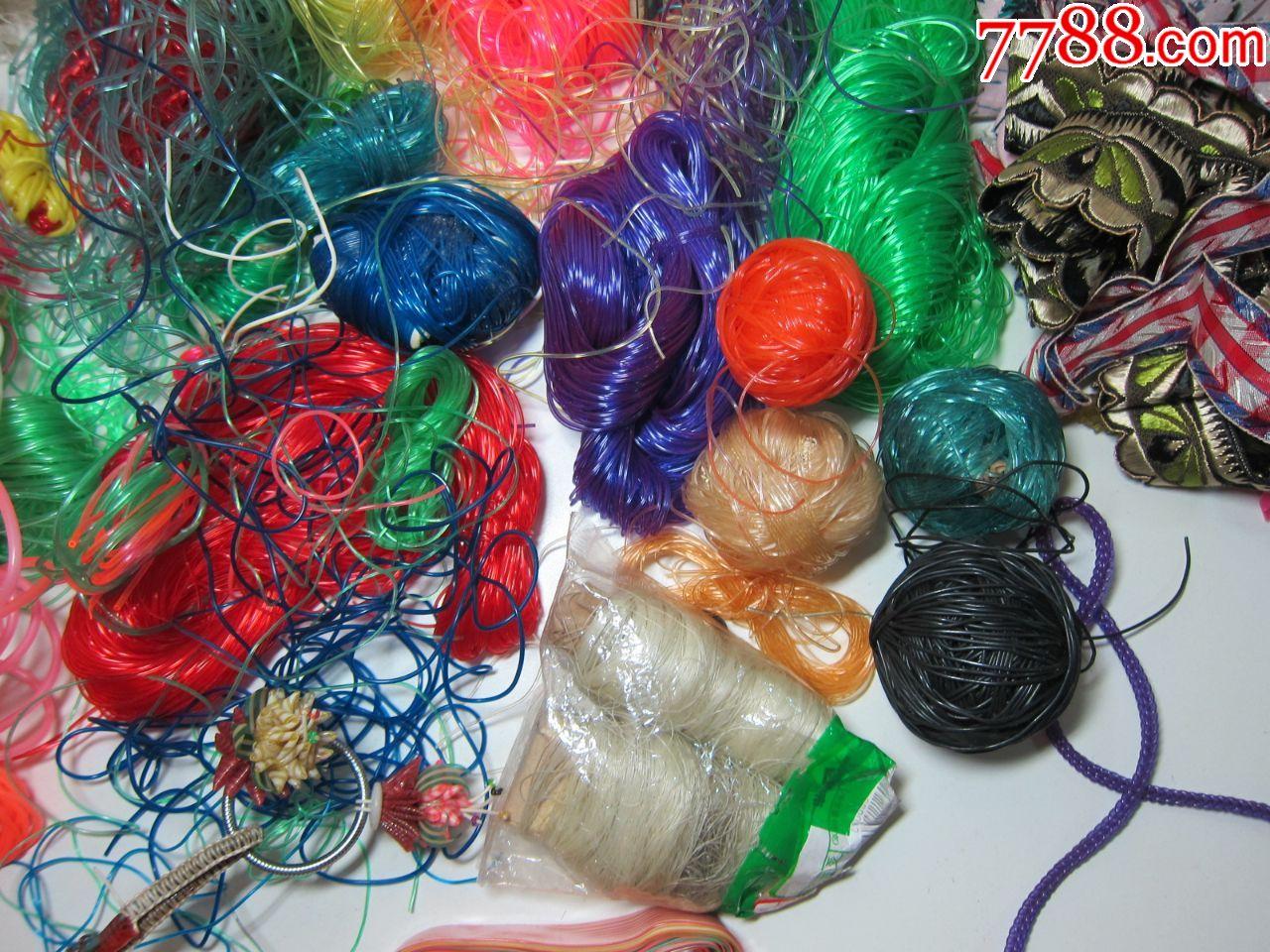 纯手工编织塑料老玩具一堆,塑料孙悟空摆件,椅子,金鱼,虾,钥匙坠花等